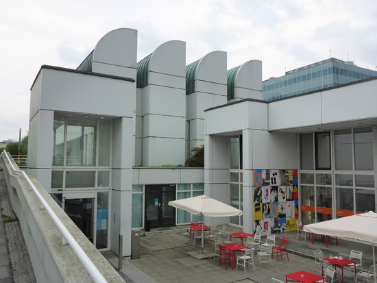 Bauhaus Archive / Museum of Design (Bauhaus Archiv Museum fur Gestaltung) : from the outside