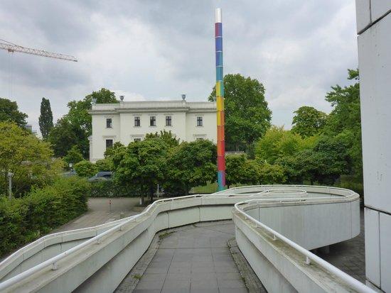 Bauhaus Archive / Museum of Design (Bauhaus Archiv Museum fur Gestaltung) : the curvy walkway