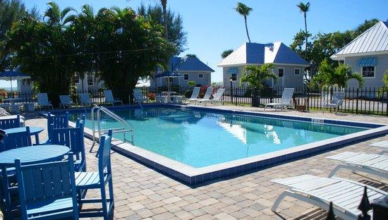 Shalimar Cottages and Motel: Pool