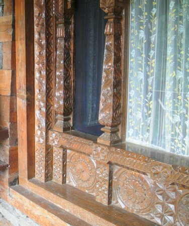 Naggar Castle : carved glass window
