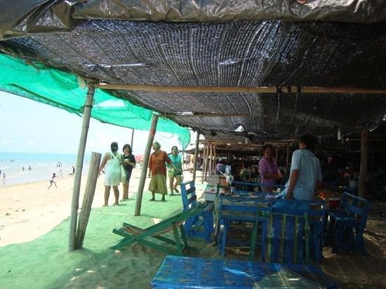 Mae Ram Phueng Beach : Eat on the beach