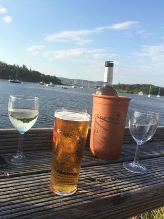 Badachro Inn : Enjoying a relaxing drink on the decking