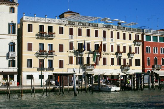 Hotel Carlton on the Grand Canal: View from the Grand Canal to the front of the Hotel
