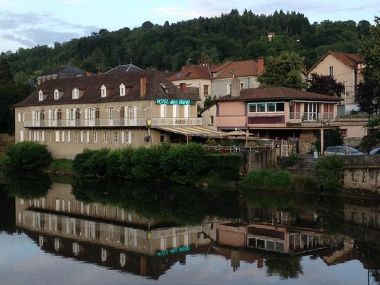 Hotel des Bains: Across the river from the hotel