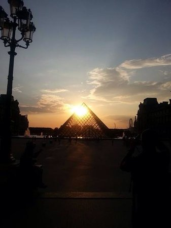 Best Western Plus Elysée Secret : The pyramid at the Louvre at sunset