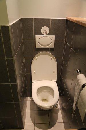 BEST WESTERN Adagio: Enge Toilette