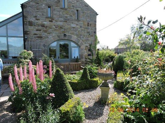 Henshaw Barn B & B: Beautiful Garden