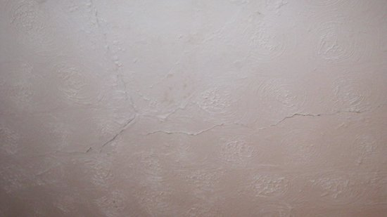 Holliers Hotel: Dirty cracked ceilings