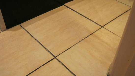 Holliers Hotel: Lack of grout