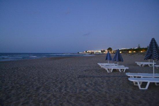 Bella Beach Hotel : пляж вечером