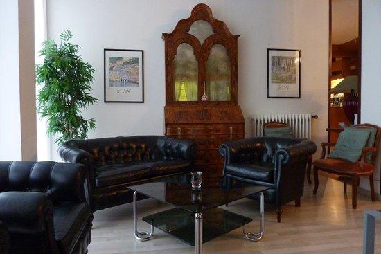 Hotel Gardesana: Reception seating area