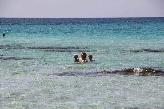Landa Beach: сбоку от нас видно небольшие рифы