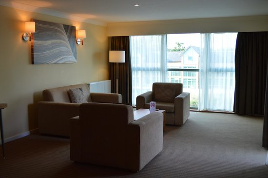 De Vere Cotswold Water Park: Apartment living area