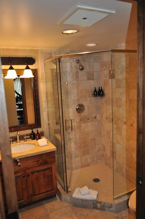 Teton Mountain Lodge & Spa - A Noble House Resort : Downstairs Common Bathroom