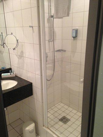 Novotel München Messe: bathrom with shower