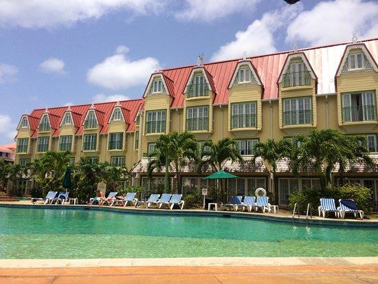 Coco Palm Resort: La piscine (vue sur une partie du complexe)