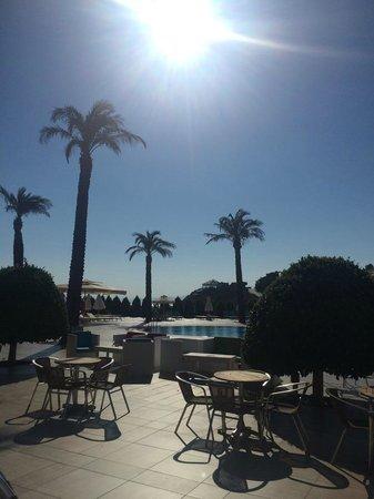 Hilton Bodrum Turkbuku Resort & Spa: Вид на 2-й бассейн из бара