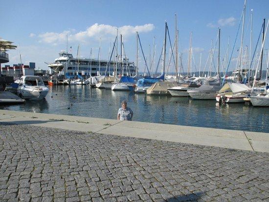 Ringhotel Schiff Am See: Platz vor dem Hotel - Hintergrund Fähre nach Meersburg