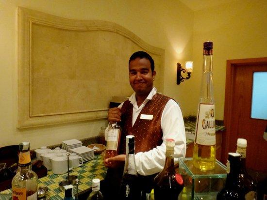 The Westin Soma Bay Golf Resort & Spa: Barmen in Lounge Bar