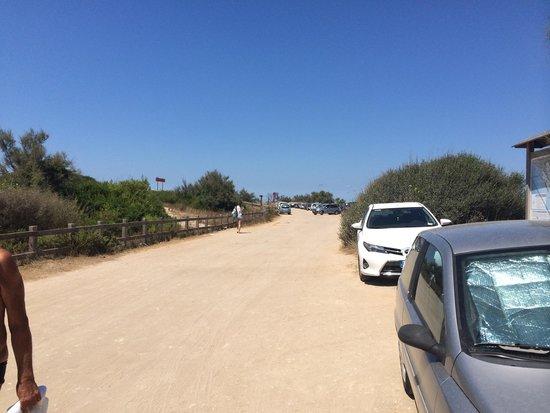La Giurlita Hotel : Il deserto prima della spiaggia... Strada pubblica e non privata... Attenzione che transitano le
