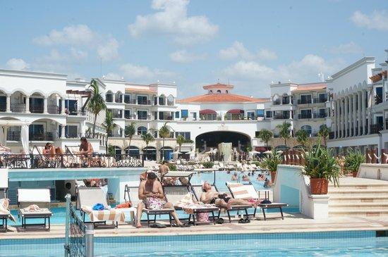 The Royal Playa del Carmen: Piscina