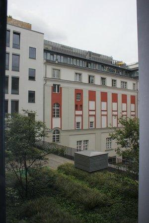 Eurostars Berlin Hotel: Blick in den Innenhof