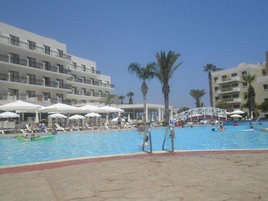 Tsokkos Beach Hotel: Brilliant Pool area, plenty of beds.