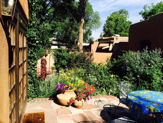 Hacienda Nicholas Bed & Breakfast Inn: Beautiful garden where breakfast is served