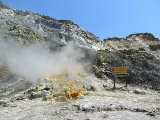 Vulcano Solfatara: Steam coming out of the ground, strong sulfer smell!