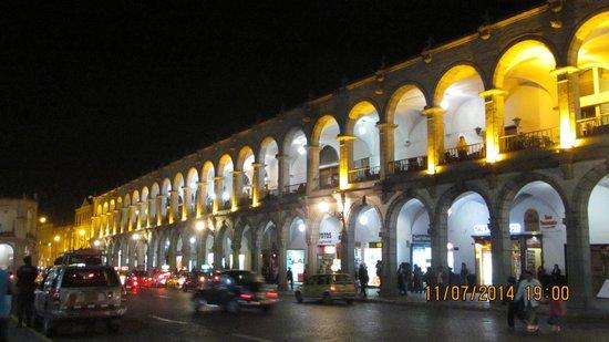 Historic Centre of Arequipa: Lateral da praça, onde ficam cafés e restaurantes.