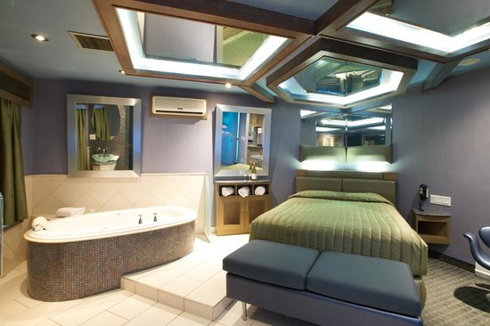 Hotel With Jacuzzi In Room Near Montreal