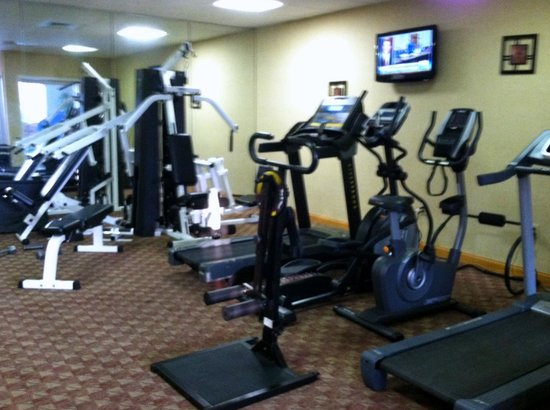 Clarion Hotel Buffalo Airport : Fairly well equipped gym with flat screen TV