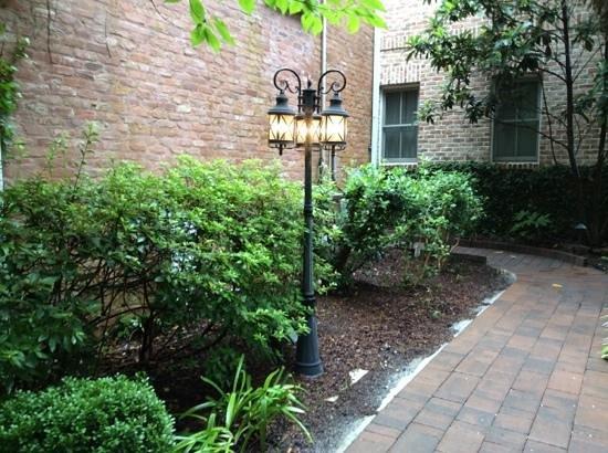 The Beaufort Inn: courtyard