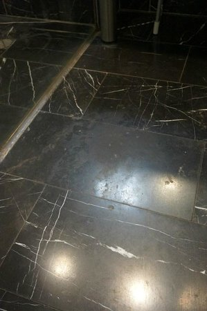 Hotel Beyaz Saray : Worn floor in the bathroom