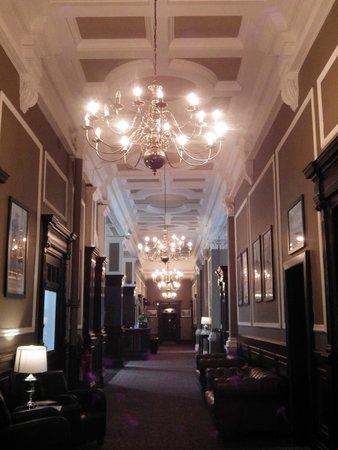 The Great Victoria Hotel: Magnificent hallway in hotel on ground floor.