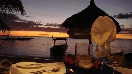 Merville Beach Hotel : Dîner sur la plage