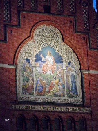 Altenburg, Deutschland: Verlicht mozaiek van de kerk  , bij avond .