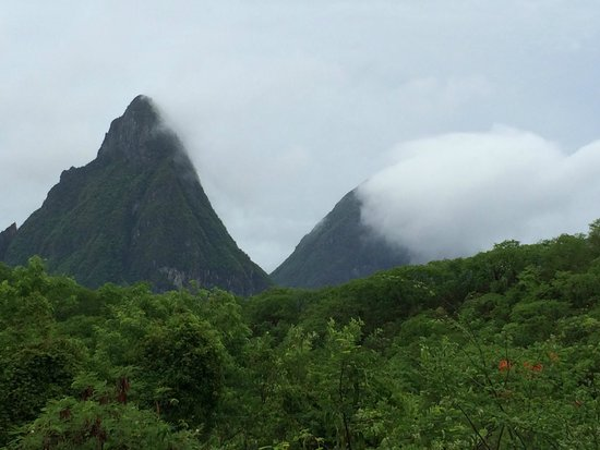 Anse Chastanet: Rain rolling through Pitons