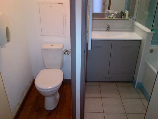 Appart'Hôtel Odalys Les Félibriges : Toilet and sink are two different rooms