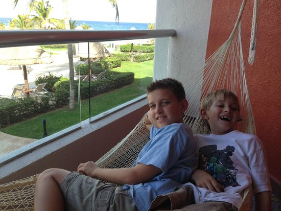 Hard Rock Hotel Riviera Maya: Boys on hammock