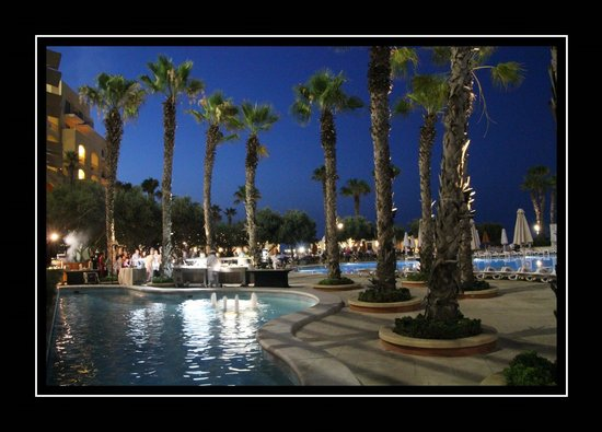 Hilton Malta : Poolside at night