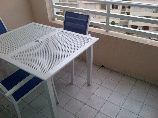 Appart'Hôtel Odalys Les Félibriges : The cramped balcony