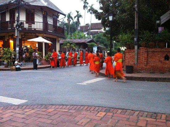 Xieng Mouane Guest House: La procession des bonzes au coin de la rue à 5h30 du matin