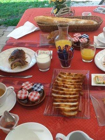 Domaine de l'Aufrene : full French breakfast