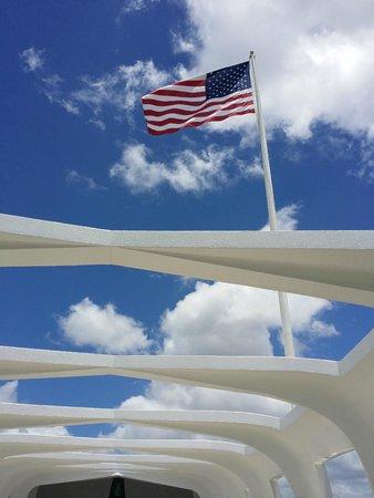 Pearl Harbor: Flag above memorial