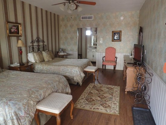 Tombstone Monument Ranch: Bordello room