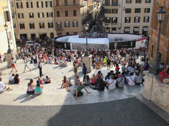 Place d'Espagne (Piazza di Spagna) : At the stop of the stairs