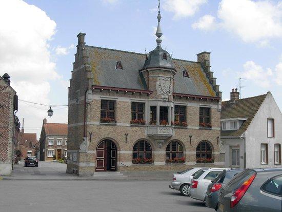 Hostellerie Saint Louis : Village square