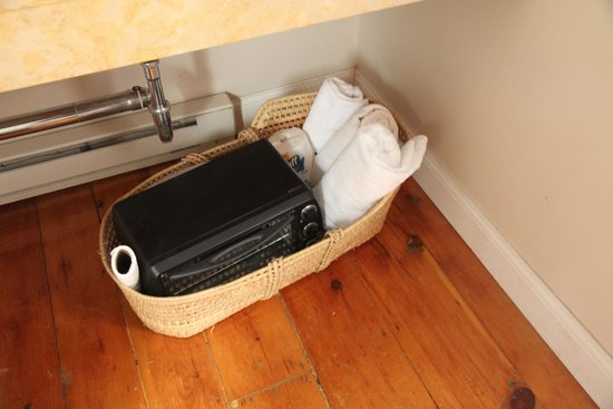 Auberge Gladstone : broken microwave left with the towels