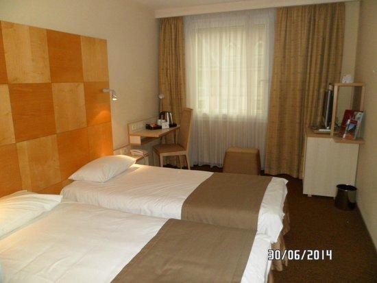 Mercure Budapest Korona Hotel : Habitacion pequeña y basica